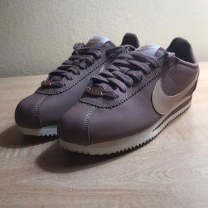 Nike women's classic Cortez leather av4618-200 sz6